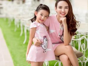 Mẹ con Hoa hậu Ngọc Diễm ngọt ngào dạo phố với đồ đôi