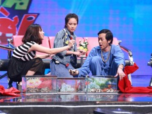 """Nhà Cười: Hoài Linh ép hai nữ khách mời """"cắn răng"""" dùng tay bốc sâu"""