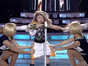 """Cô bé Taylor Swift nhí gây sốc với màn """"xé rách quần áo"""""""