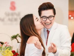 Trang Moon nghịch ngợm hôn má bạn trai thân giữa sự kiện