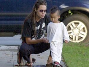 Sau lùm xùm nhận nuôi Pax Thiên, Angelina bị tố giả mạo giấy tờ nuôi Maddox