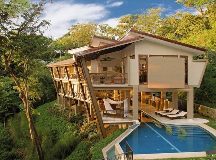 Nếu bạn từng mơ ước sẽ được sở hữu một cơ ngơi hoành tráng ngay giữa khung cảnh tuyệt đẹp của rừng xanh, một bên là biển thì biệt thự tại Costa Rica này là một hình mẫu đầy lý tưởng. Ngay từ giây đầu tiên nhìn thấy nó, hẳn bạn đã được khơi lên sự thích thú lạ lùng.