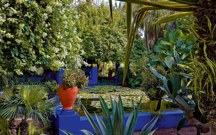 1. Majorelle Majorelle là được ví như một trong những chốn tiên cảnh ở Marrakech. Khu vườn tuy hơi nhỏ (chưa được nửa hecta), nhưng mỗi góc dù nhỏ trong khu vườn đều đưa du khách vào một cuộc hành trình không thể nào quên với những cảm xúc mới mẻ. Khu vườn, mở cửa cho công chúng tham quan từ năm 1947, là kiệt tác của Jacques Majorelle- một họa sĩ, nhà sưu tập thực vật và nhà nghiên cứu văn hóa về Marrakesh và khu vực sa mạc Sahara. Vào năm 1980, nhà thiết kế người Pháp Yves Saint Laurent và đối tác Pierre Berge đã mua lại khu vườn, cứu kiệt tác này thoát khỏi sự phá hoại của các nhà đầu cơ.