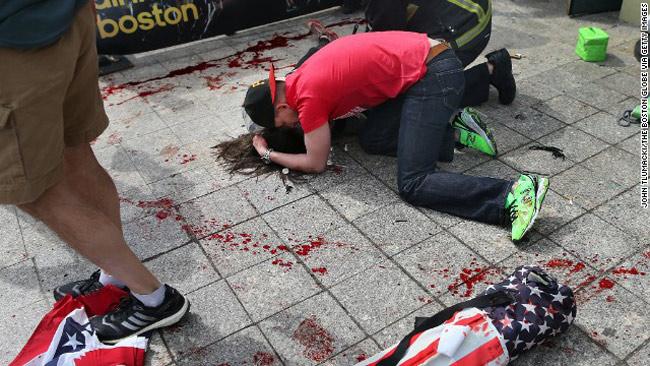 Ít nhất 2 người đã chết và 110 người khác bị thương khi 2 quả bom phát nổ gần vạch đích cuộc đua Marathon, Boston