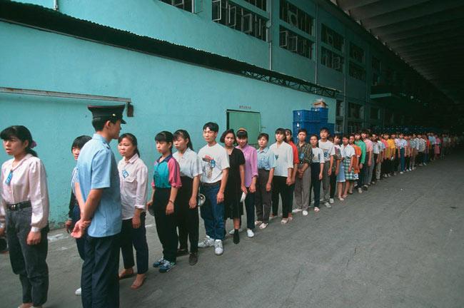 Mỗi ngày, công nhân sản xuất đồ chơi tại Trung Quốc phải đến nhà máy 15 phút trước ca làm việc để tập trung.