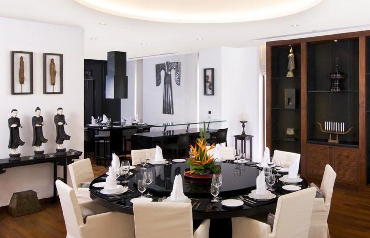 Phòng ăn và khu bếp liên thông cũng có tông trắng sang trọng. Đồ trang trí Á đông kết hợp với nội thất châu Âu mang đến một sự giao thoa đáng khen ngợi.