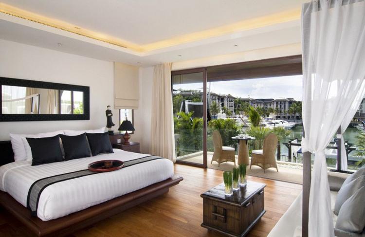 Phòng ngủ trên tầng 2 biệt thự có góc nhìn ra vịnh.