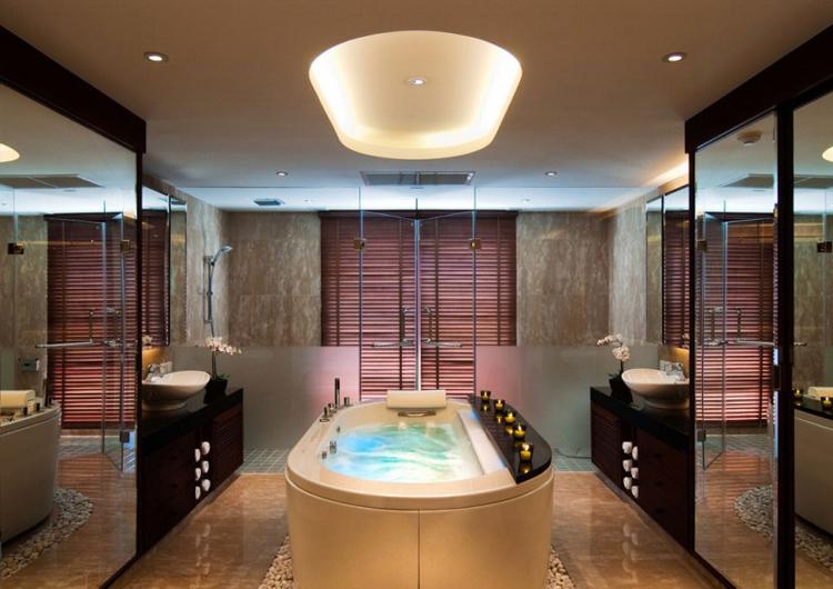 Phòng tắm siêu sang trong nhà với bồn có chức năng sủi bọt mát-xa đầy thích thú. Tủ đồ lắp gương sáng bóng nâng vẻ đẹp của căn phòng ấm cúng lên gấp đôi.