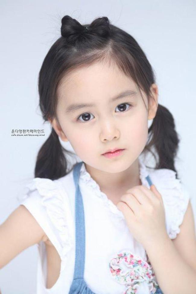 Yoon Da Young, cô bé 5 tuổi có mẹ là người Việt đang là cái tên hot trong Kbiz hiện nay. Cô bé đáng yêu này đang là một trong những diễn viên nhí của chương trình truyền hình nổi tiếng Hello Baby cùng với nhóm nhạc MBLAQ.
