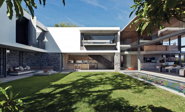 Ngôi biệt thự đẹp mỹ mãn này nằm tại thành phố Cape Town, Nam Phi. Ngay từ cái nhìn đầu tiên hẳn bạn đã nhận ra nó có diện tích thật đáng mơ ước.