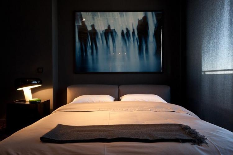 Một phòng ngủ khác treo bức tranh ma quái không kém.