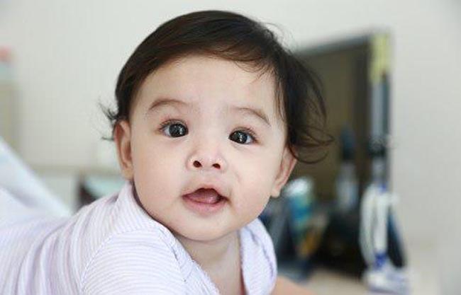 Sau 6 tháng kết hôn, nữ ca sĩ Phạm Quỳnh Anh đã sinh cho ông bầu Quang Huy một nàng công chúa xinh đẹp, đặt tên là Bella (tên thật của bé là Tuệ Lâm, chào đời vào tháng 11/2012).