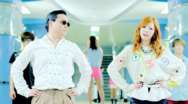 Hyuna xuất hiện trong Gangnam style với trang phục cá tính và gợi cảm.