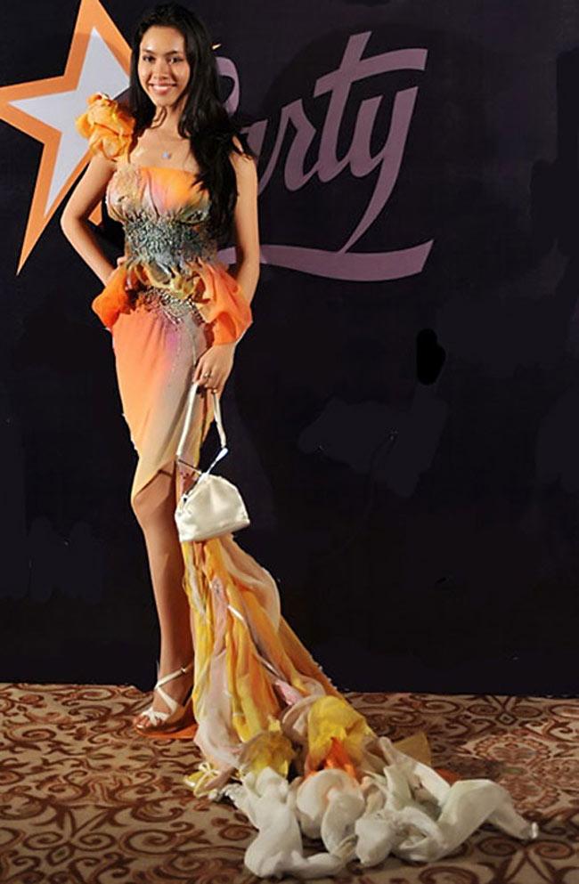 Khánh My với phong cách sến sẩm, diêm dúa 'phá hỏng' cả thân hình mỹ miều của cô.
