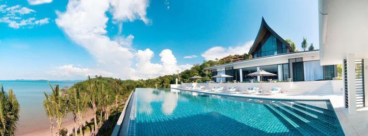 Ngôi biệt thự hấp dẫn nhìn ra biển xanh này nằm tại Phuket, Thái Lan. Nó có tất cả 6 phòng ngủ, 6 phòng tắm, 3 phòng khách, có phòng ăn rộng rãi, phòng giải trí và một bể bơi rất rộng.
