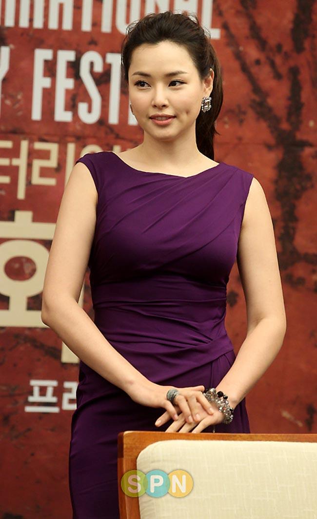 Honey Lee là đăng quang hoa hậu Hàn Quốc 2006. Cô cũng là Á hậu cuộc thi Miss Universe cùng năm đó. Honey Lee sở hữu gương mặt với đôi lúm đồng tiền xinh xắn, số đo ba vòng gợi cảm.