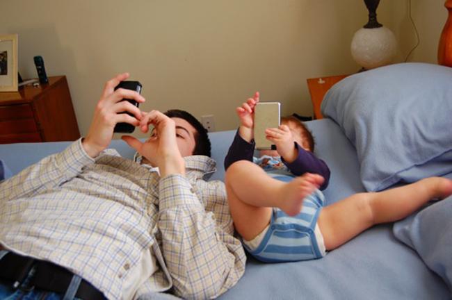 Người ta vẫn hay nói 'Cha nào con nấy' quả không sai! Nhìn những bức hình dưới đây mẹ hẳn sẽ cười nghiêng ngả vì độ 'cute' của hai bố con đấy.