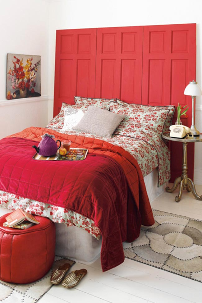 Màu đỏ lúc nào cũng là màu của sự ái ân, mặn nồng. Giường ngủ màu đỏ đi kèm ga trải giường cùng màu đem lại cảm giác rạo rực hơn cho các cặp tình nhân.