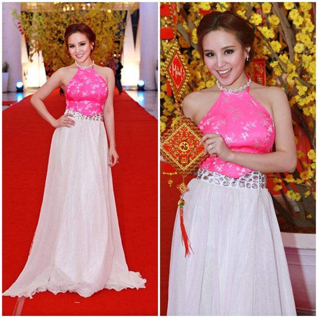Ca sĩ Vy Oanh đẹp ngọt ngào trong một mẫu áo yếm màu hồng sen. Cô rất khéo léo sử dụng trang phục truyền thống làm bộ đầm dạ tiệc.