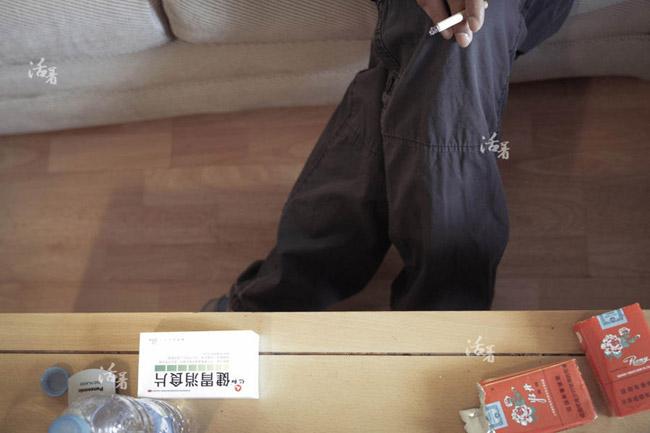 Mỗi ngày chờ đợi tin tức của người yêu, Zhang hút đến hơn 2 gói thuốc lá. Chàng trai trẻ mắc bệnh dạ dày, không ăn uống được gì. Zhang sụt đến 5kg, thường xuyên cảm thấy buồn nôn.
