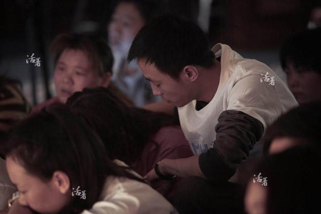 Zhang mang trong mình một nỗi buồn mênh mông, vậy nhưng anh không bao giờ thể hiện điều đó trước mặt gia đình người yêu. Khi chị gái Peas khóc một cách không thể kiểm soát, Zhang chính là người chạy đến an ủi.