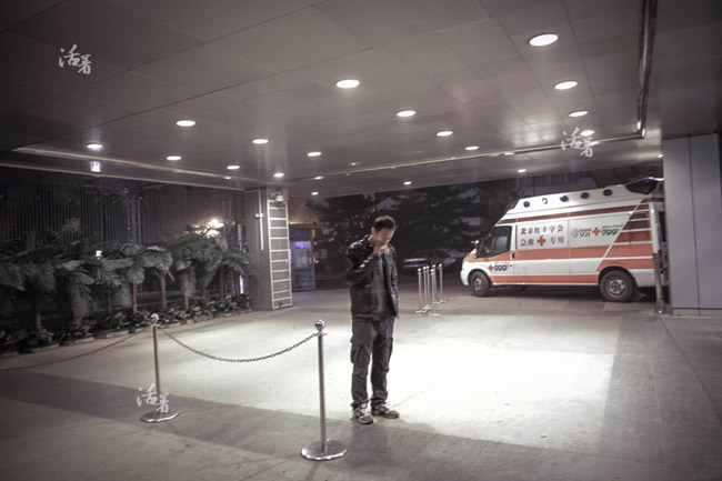 Zhang hiếm khi rời khỏi khách sạn Lido vì sợ sẽ bỏ lỡ bất kỳ một tin tức nào. Môi trường khép kín, bầu không khí ngột ngạt bao trùm khắp nơi.