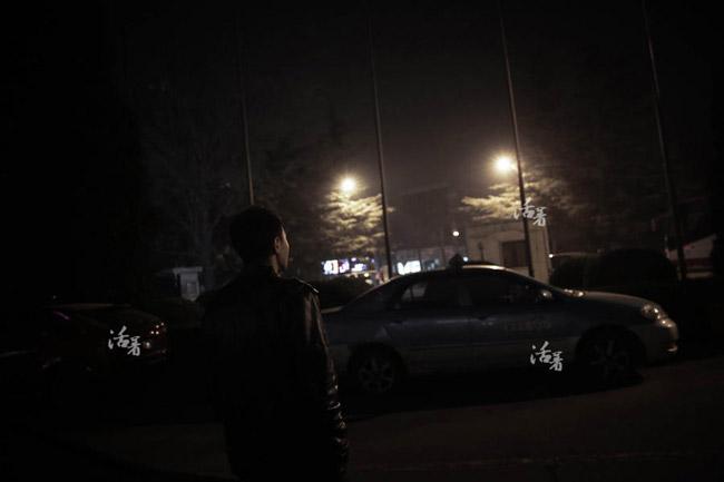 Sau hội nghị khẩn cấp thông báo MH370 đã rơi xuống Ấn Độ Dương, Zhang một mình lặng lẽ rời cuộc họp bỏ về. Sau nhiều đêm không ngủ, Zhang đi bộ xung quanh khách sạn lúc 3 giờ sáng. Zhang không khóc trước mặt mọi người, vậy nhưng khi về phòng, anh đã ngã quỵ vì đau đớn.