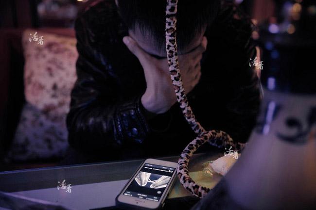 23/3 là ngày cấp giấy chứng nhận kết hôn của Zhang và Peas. Ngày này, anh chỉ còn biết ra ngoài uống rượu, trốn tránh gia đình và bạn bè. Nhìn bức ảnh tháp đôi Petronas Peas gửi cho mình, Zhang đã khóc và gần như không nói nên lời.