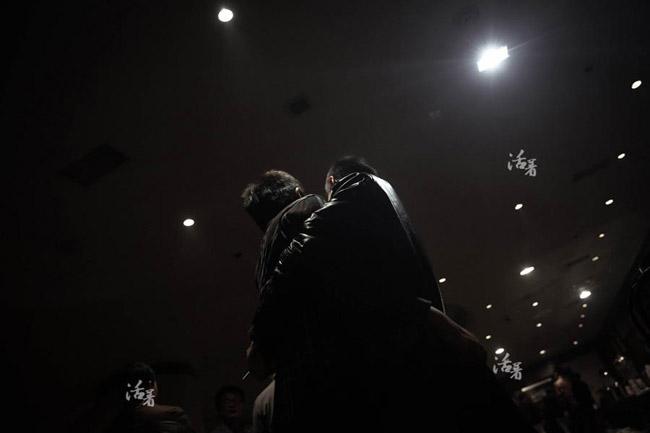Zhang đang ôm lấy một người đàn ông khác cũng cóvợ bị mất tích trên chuyến bay. Họ cùng nhau chia sẻ mất mát và tăng động lực cho nhau.