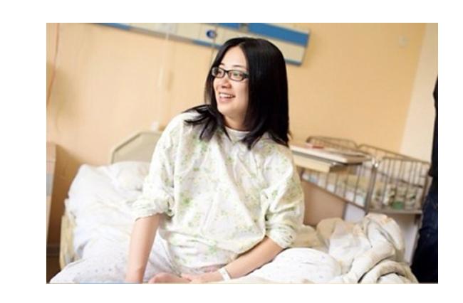 Một bà mẹ Trung Quốc vừa mới đăng tải bộ ảnh sinh nở của mình hôm qua 9/4/2014 nhân dịp kỷ niệm sinh nhật tròn một tuổi của cặp song sinh - một trai, một gái của chị. Đây cũng chính là món quà đặc biệt mà chị muốn dành cho các thiên thần nhỏ.  Chia sẻ về bộ ảnh sinh nở, bà mẹ này viết: 'Từ khi 2 con chào đời vào buổi sáng tháng 4 năm ngoái mẹ đã muốn đặt bút viết nhật ký ngày hai con sinh ra để làm kỷ niệm nhưng vì rất nhiều lý do, mẹ vẫn chưa thể thực hiện được. Hôm nay, hai con của mẹ đã được một tuổi, mẹ lại bật máy tính, mở thư mục ảnh và ngắm nghía thật kỹ những bức ảnh ngày mẹ đi đẻ. Bao nhiêu cảm xúc lại trỗi dậy. Mẹ nhận ra rằng đúng là không một trang nhật ký nào có thể lột tả hết được chi tiết nỗi lo lắng, niềm vui khi 2 con có mặt trong cuộc đời này bằng những thước ảnh và mẹ quyết định chia sẻ với tất cả mọi người. Cảm ơn 2 con đã đến trong cuộc đời mẹ!'