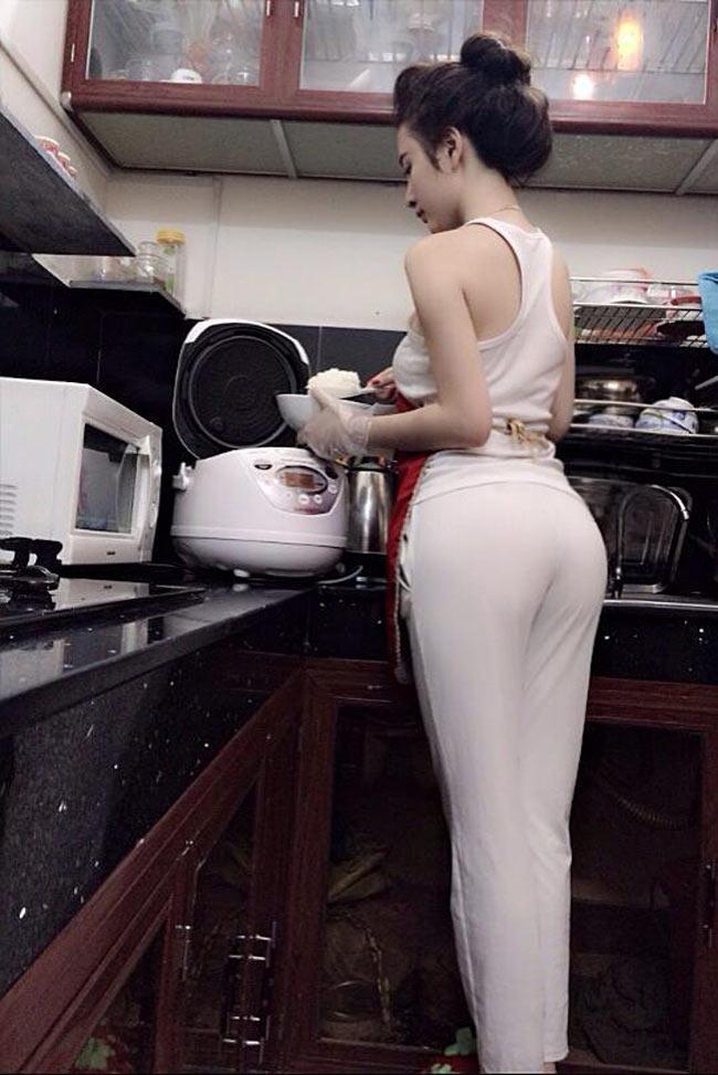 Với bức hình chụp ảnh nấu ăn đồng thời khoe vòng 3 này, Phương Trinh đã nhận phải không ít 'gạch đá' từ dư luận.