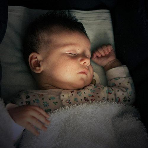 Không nên cho trẻ ngủ nơi quá tối