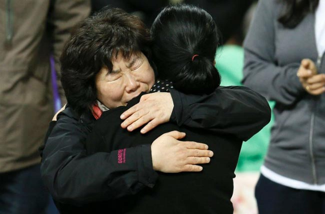 Họ chỉ biết ôm nhau, chia sẻ với nhau nỗi đau mất con.