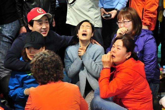 Công tác tìm kiếm cứu nạn cho phà Sewolchở gần 450 người đã bị chìm ngoài khơi bờ biển phía Tây Nam Hàn Quốc diễn ra đã tròn 1 tuần, vậy nhưng nước mắt của các bà mẹ có con bị mất tích trên tàu vẫn chưa khi nào thôi rơi. Rất nhiều tin nhắn, rất nhiều cái ôm, rất nhiều cuộc nói chuyện của các bà mẹ này với con cái mình đã trở thành những kỉ niệm cuối cùng về con. Những bức ảnh thời sự chụp lại khoảnh khắcđau đớn của các bà mẹ Hàn Quốc khiến cả thế giới không cầm được nước mắt