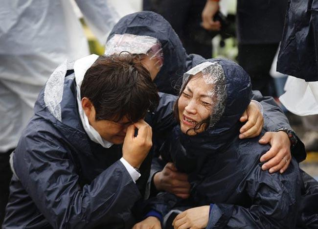 Park Yong Woo, 48 tuổi, cho biết cháu trai của ông, Kim Soo-bin, có tên trong danh sách nạn nhân được giải cứu. Tuy nhiên, bố mẹ cậu bé đang ở Jindo mà vẫn chưa tìm thấy Soo-bin đâu.  'Chúng tôi không thể tin vào danh sách và các phát ngôn từ trường hay chính phủ cho đến khi chúng tôi tận mắt nhìn thấy thằng bé', ông Park nói. 'Các cơ quan khác nhau công bố tên và thông tin khác nhau'.