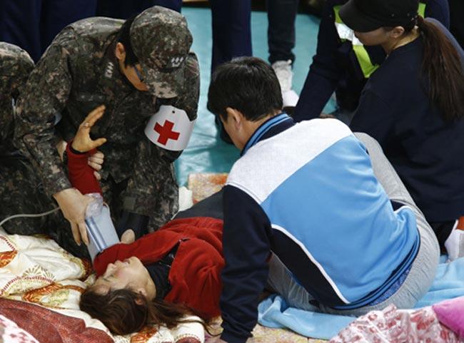Các thi thể được lực lượng cứu hộ vớt từ hiện trường chìm phà Sewol hôm qua có dấu hiệu phân hủy, cho thấy các nạn nhân đã qua đời từ vài ngày trước đó. Một bà mẹ đã quá xúc động và đau đớn khi nhận xác con đến mức ngất lịm.