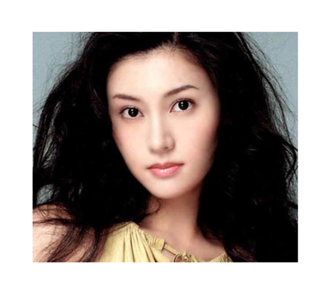 Sau khi đăng quang ngôi vị Hoa hậu Hồng Kông năm 1988, Lý Gia Hân nhanh chóng gia nhập làng giải trí.Không chỉ được ca ngợi là hoa hậu đẹp nhất trong lịch sử MissHongkong, Lý Gia Hân còn được công nhận là người phụ nữ có chiếc mũi tự nhiên đẹp nhất xứ cảng thơm.