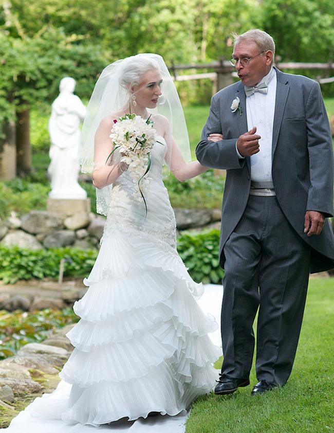 Còn với Kitten, chuyện đáng nhớ lại là: 'Cha tôi đã không còn nhìn mặt tôi trong một thời gian khi biết hóa ra tôi không phải đồng tính, mà là hẹn hò cùng lúc với 2 người phụ nữ. Trước hôn lễ một thời gian rất ngắn, mối quan hệ của chúng tôi được hàn gắn. Và tôi có đôi chút hồi hộp về việc không biết cha tôi có dắt tay con gái đi bộ trên lối đi chính hay không. Khoảnh khắc bước đi bên cạnh cha và khiêu vũ cùng ông thật tuyệt vời'.