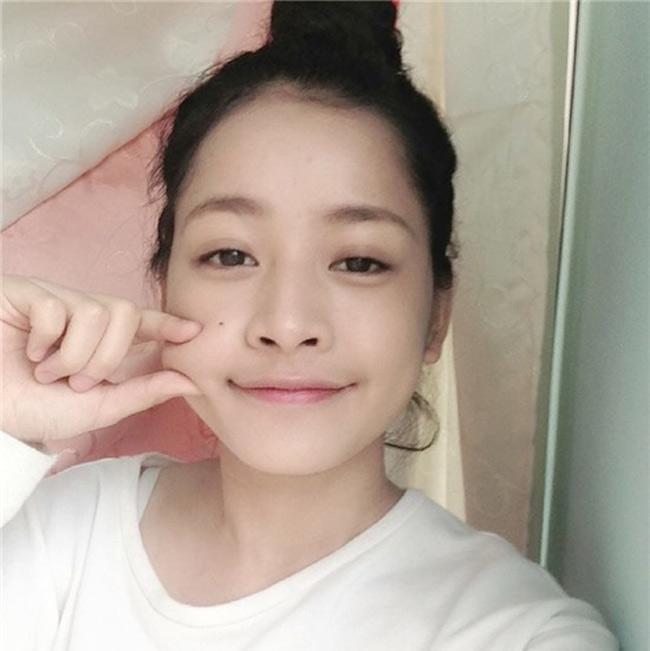 Chi Pu vốn được coi như một hot girl có gương mặt tự nhiên tuyệt đẹp. Thế nhưng cô cũng chỉ mới đăng tải những bức hình trang điểm nhẹ chứ chưa từng đưa lên các bức ảnh mặt mộc của mình.