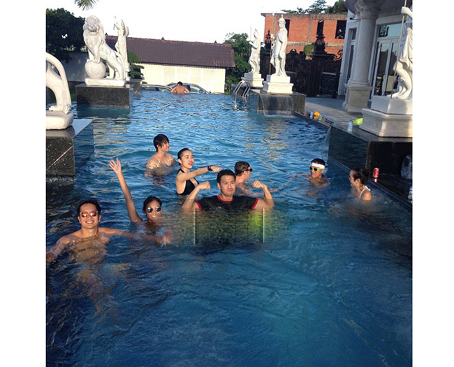 Cũng giống như nhiều biệt thự của các ngôi sao nổi tiếng trong và ngoài nước, tư dinh của gia đình doanh nhân Louis Nguyễn có cả bể bơi riêng để đáp ứng nhu cầu nghỉ ngơi, thư giãn của các thành viên. Đây là nơi rất giải trí rất được yêu thích trong gia đình Hà Tăng.  Bài liên quan:  Nội thất xa hoa trong biệt thự của Đăng Khôi  'Chết thèm' nhà đẹp của sao ở trời Tây  Đột nhập nhà sang của 'đả nữ' số 1 VN  Soi nhà sao nữ độc thân, quyến rũ (P2)  Soi nhà sao nữ độc thân, quyến rũ (P1)  Ngây ngất biệt thự triệu đô Mai Thu Huyền