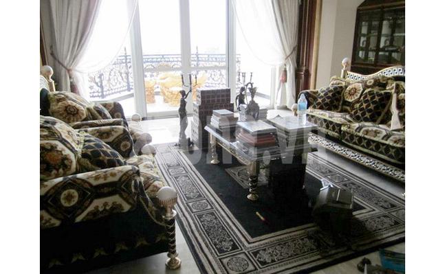 Phòng khách trong nhà làm người ta liên tưởng đến một cung điện nào đó ở châu Âu. Không gian vừa lịch lãm, vừa kiêu sa, 'ngợp mắt'. Bộ ghế salon này sẽ khiến nhiều người phải 'thèm muốn', dự đoán giá của nó không dưới 200 triệu.  Bài liên quan:  'Xứ thần tiên' của chị gái Kim siêu vòng 3  Selena mua nhà mới tránh xa bạn trai  Thích mê phòng ngủ của mỹ nhân Việt  'Tổ ấm tình yêu' 1 thời của Kate Moss  Thăm nhà vườn triệu đô của 2 diva Việt  Nhà 'chuẩn đẹp' của Dương Triệu Vũ