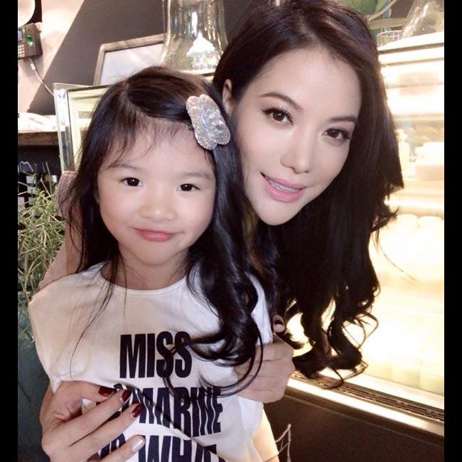 Bé Bảo Tiên, con gái 'rượu' của cặp đôi Trương Ngọc Ánh, Trần Bảo Sơn từ lâu đã rất nổi tiếng trong giới showbiz vì có vẻ xinh xắn tuyệt trần và phong cách thời trang vô cùng sành điệu. Chẳng thế mà cô bé được truyền thông ưu ái gọi với biệt danh 'Suri Việt Nam'.
