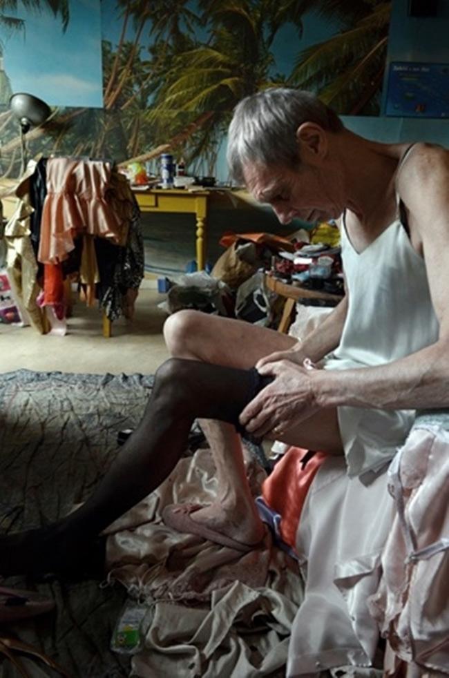 Đây là cơ thể người đàn ông đã chuyển giới một phần khi còn trẻ. Nhưng đến lúc già, những lớp mỡ đã biến mất đi, kéo theo sự mềm mại không còn mà trơ ra là khung xương thô kệch của người đàn ông.