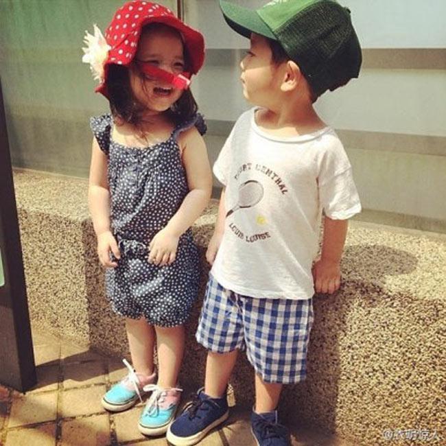 Cư dân mạng Trung Quốc gần đây đang chuyền tay nhau những bức hình rất dễ thương của một cặp song sinh một trai một gái người Đài Loan.