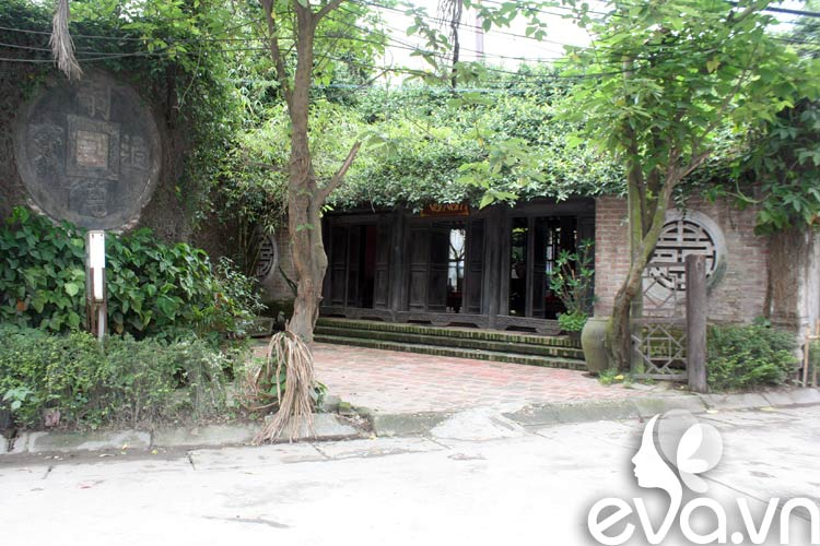 Nằm trên trục đường chính của làng Bát Tràng, ngôi nhà cổ Vạn Vân thanh bình và lăng lẽ. Không gian ấn tượng với những cột kèo có từ thế kỷ 19, ngót nghét trăm năm và những sản phẩm in bóng thời gian khiến nhiều du khách được tìm về với chút hoài cổ ngay giữa phố thị ồn ào.