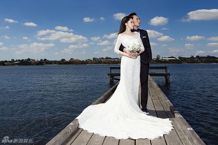 Sau 3 tháng kết hôn, người đẹp Từ Nhược Tuyên mới chính thức chia sẻ những bức hình cưới đẹp lung linh của mình.