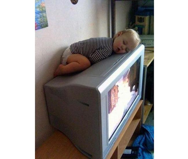 Cậu bé ngủ rất dễ thương ngay trên nóc tivi