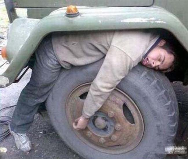 Liều quá rồi đấy, ngủ gục trong xe thật khiếp khủng