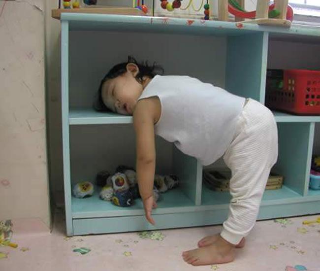 Cô bé dễ thương, chắc chơi nhiều quá mệt rồi