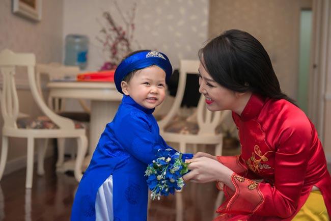 Là người kín tiếng trong cuộc sống riêng tư, Thụy Vân chưa một lần công khai chồng từ khi lên xe hoa vào năm 2010. Lúc mang bầu, sinh con, cô cũng không thông báo tin mừng bởi muốn bảo vệ tổ ấm nhỏ bé. Hiện tại, khibéTony đã gần 2 tuổi, cô mới tự hào khoe hình con trai.